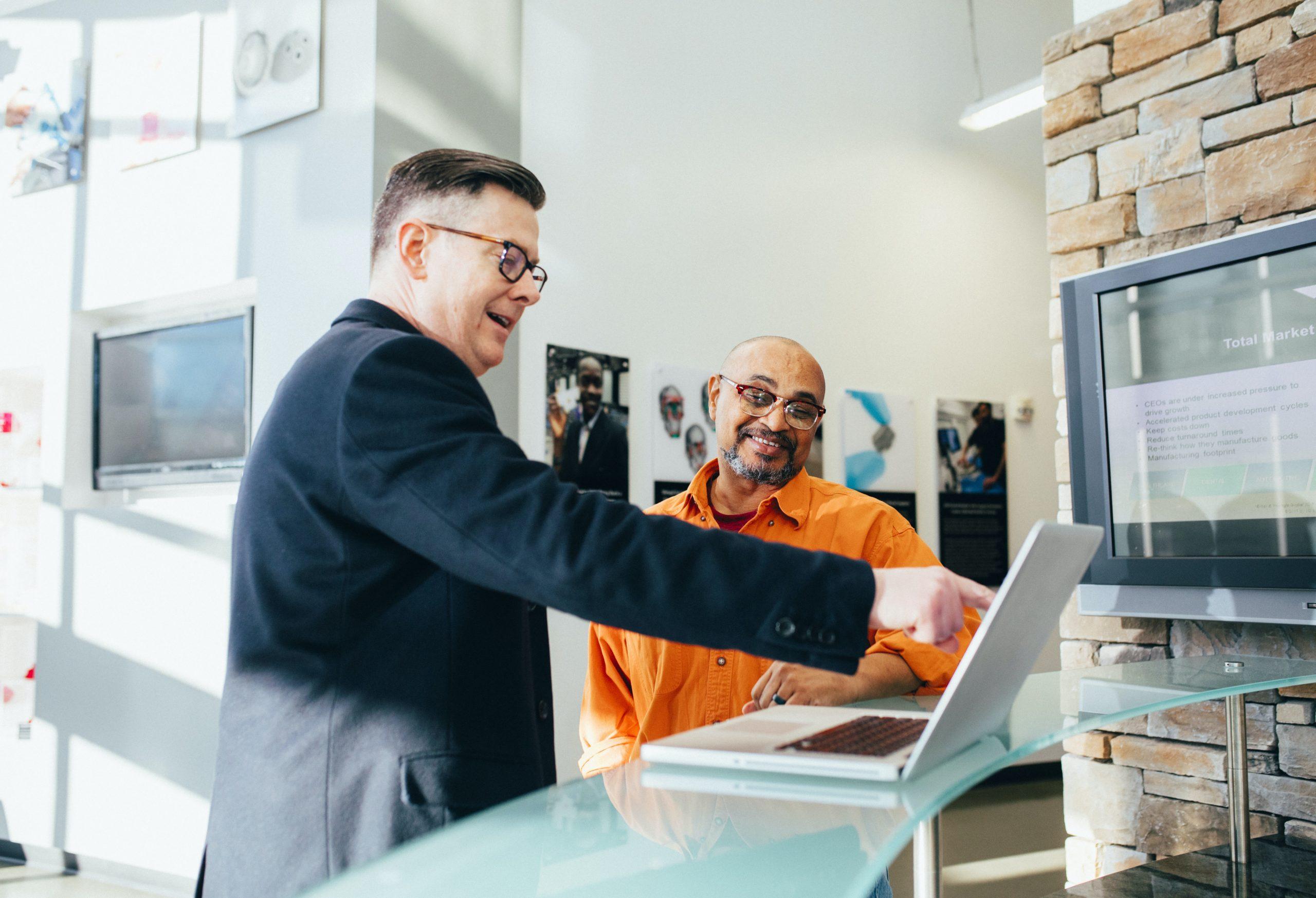 Dos personas mirando un ordenador portátil